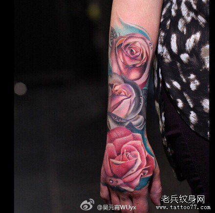 手部三粉玫瑰花纹身图案