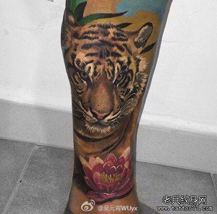 腿部老虎荷花纹身图案