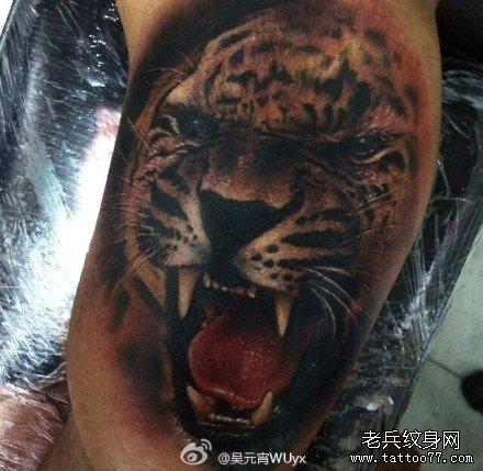 腿部花豹纹身图案