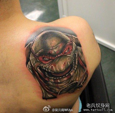 后背乌龟肖像纹身图案