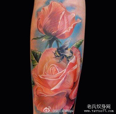 腿部黄蜂玫瑰纹身图案