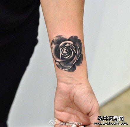 手部黑玫瑰纹身图案