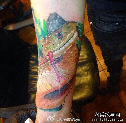 手部小蛇纹身小图案分享展示