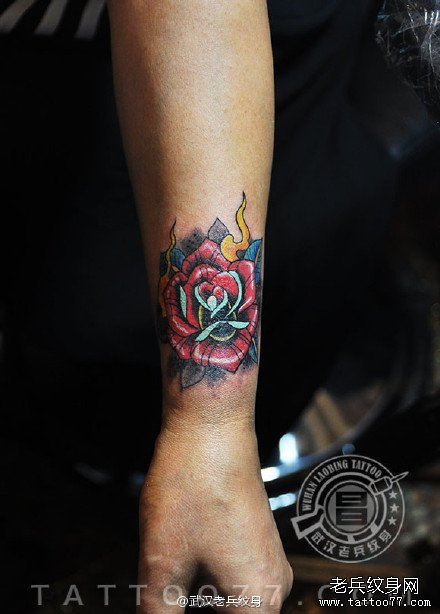 欧美玫瑰花纹身遮盖疤痕