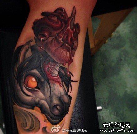 腿部天马刺穿心脏纹身图案
