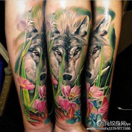 男人手臂很酷潮流的狼头纹身图案
