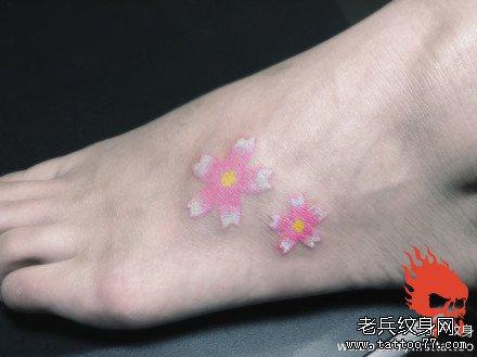 脚踝樱花纹身图案