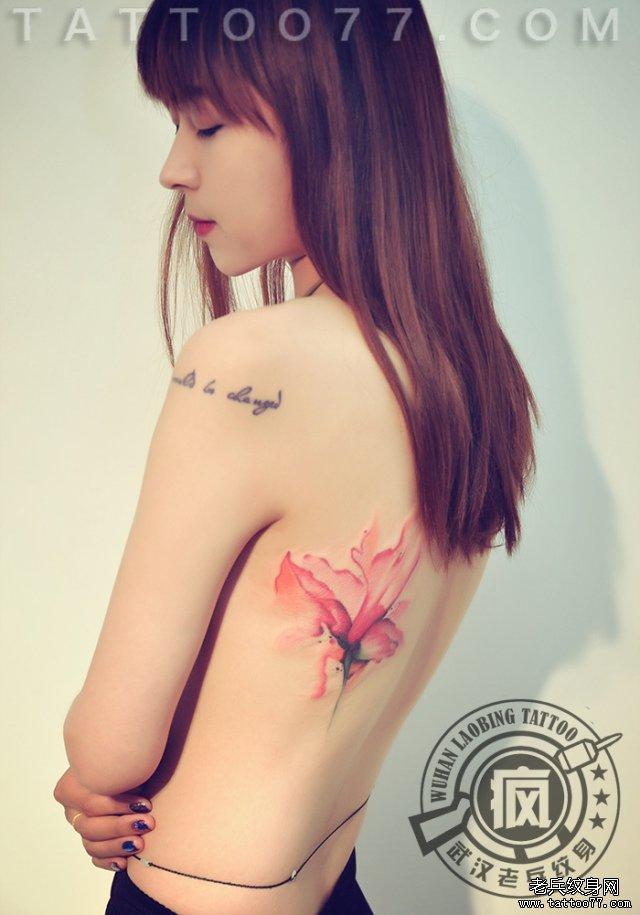 美女侧腰水彩花纹身图片
