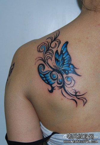 女生肩背漂亮时尚的图腾蝴蝶纹身图案