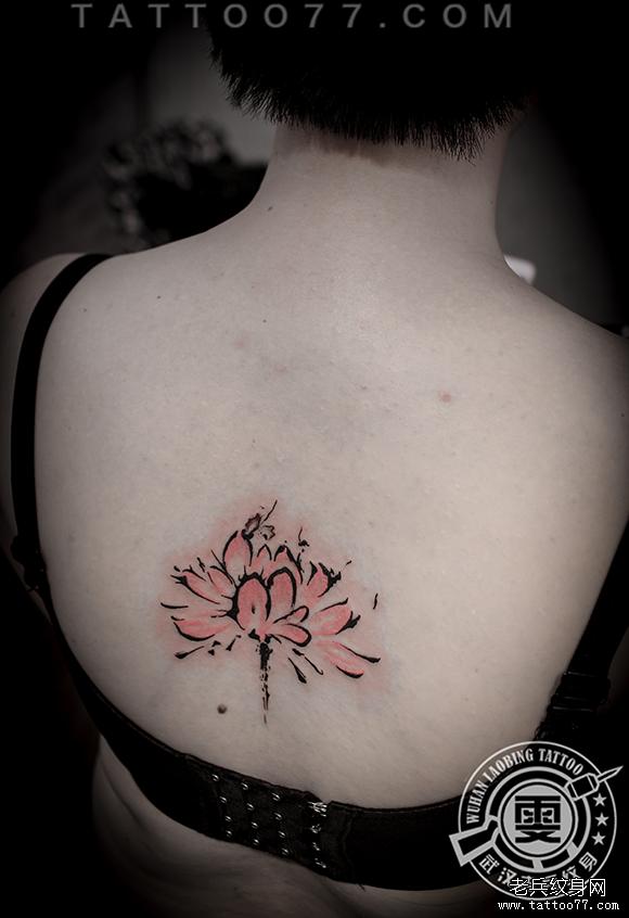 后背彩色莲花纹身