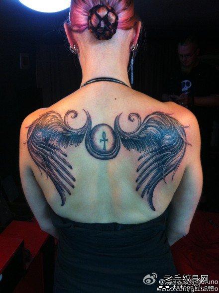 一款小巧可爱的小翅膀纹身图案