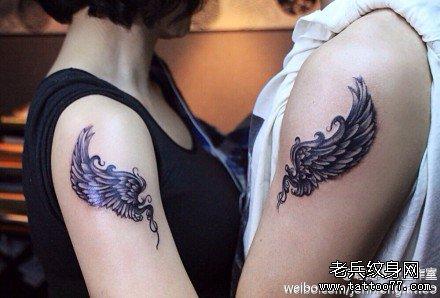 一款半背翅膀纹身图案
