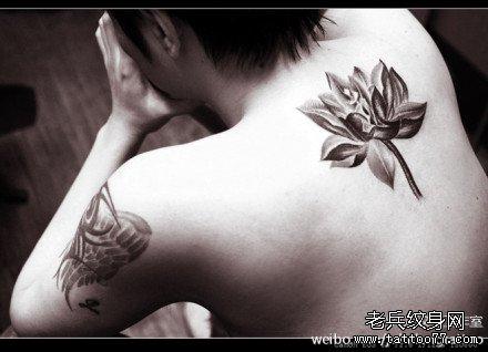 后背彩莲花纹身图案