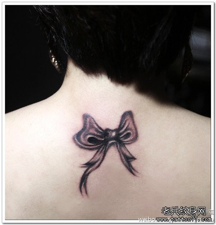 后背蝴蝶结纹身图案