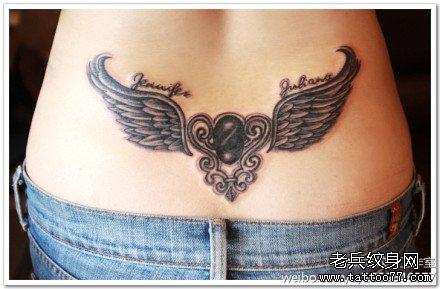 胸部翅膀纹身图案