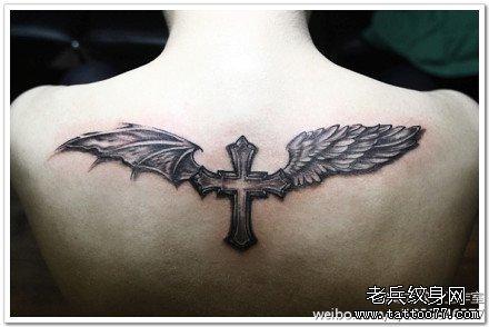 后背十字恶魔翅膀纹身图案