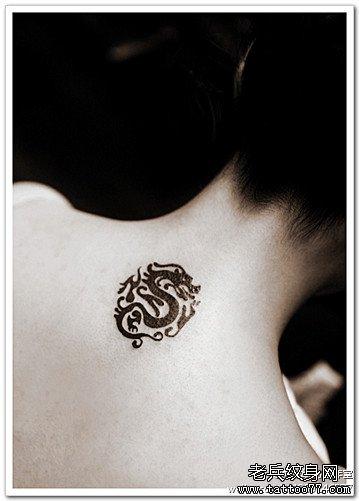后背黑龙图腾纹身图案