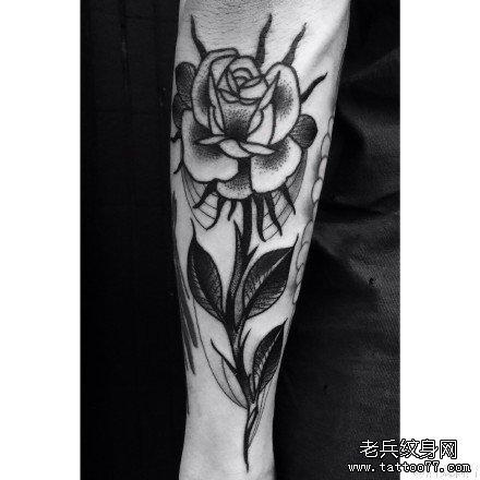 腿部黑玫瑰纹身图案