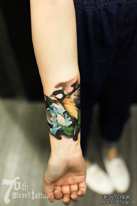 手部小鸟玫瑰纹身图案