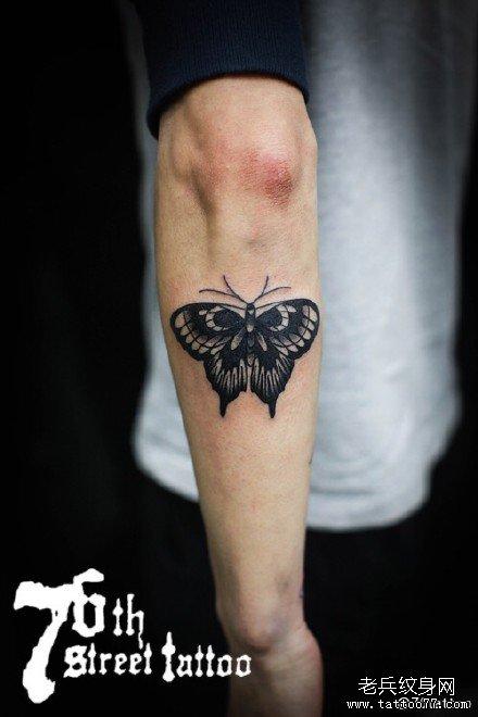 手部黑蝴蝶纹身图案