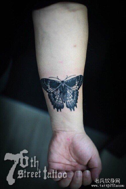 手臂蝴蝶纹身图案
