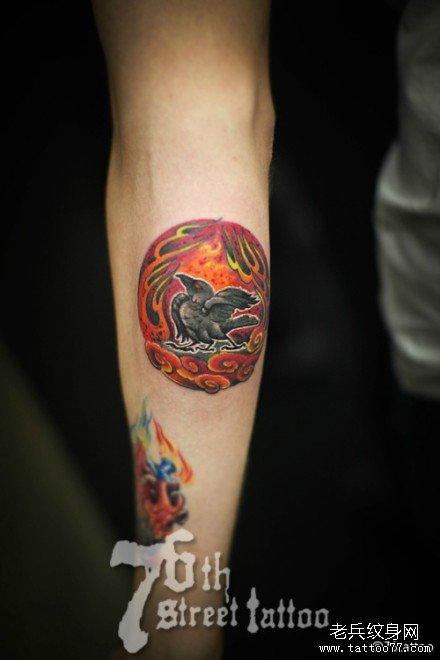 手臂小黑鸟纹身图案