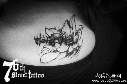 胸部荷花纹身图案