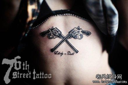 一款可爱的手臂小手枪纹身图案