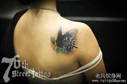 腿部蓝蝴蝶纹身图案
