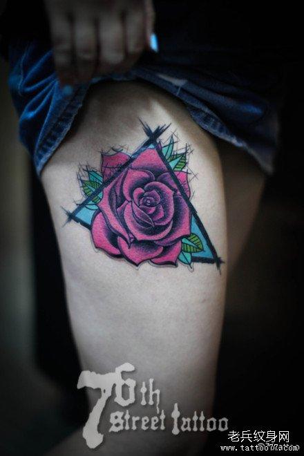 女生肩背潮流时尚的黑灰玫瑰花纹身图案