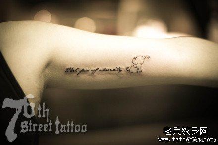 女生手臂好看的彩色字母纹身图案