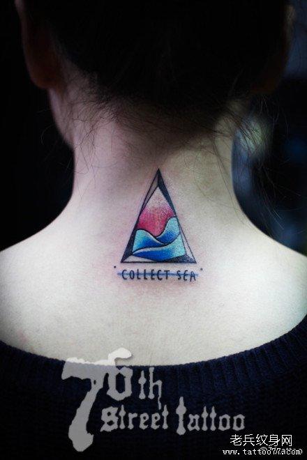 女生后背时尚经典的燕子与樱花纹身图案