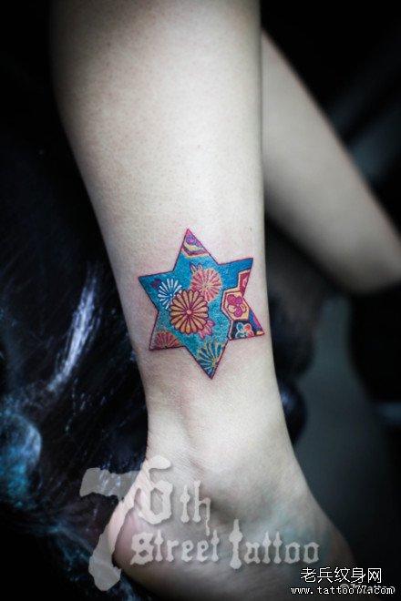 腿部六角星花纹身图案图片