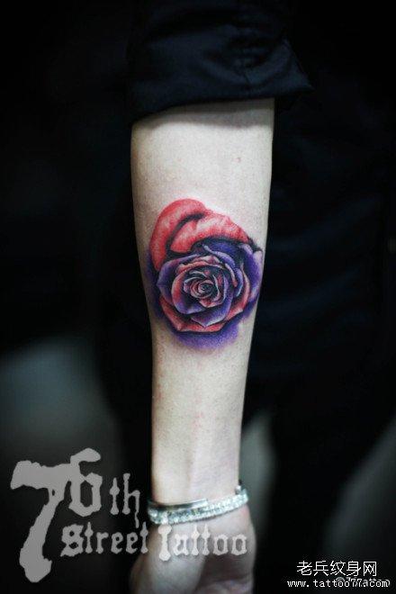 手臂玫瑰紫纹身图案