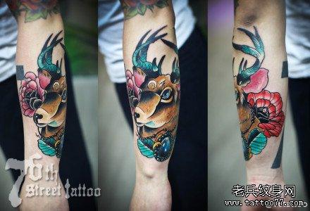 手臂鹿纹身图案