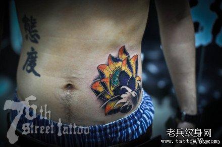 腹部黄荷花纹身图案