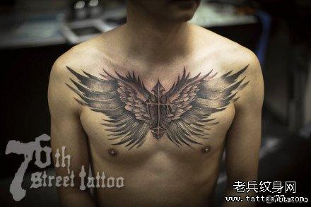 胸部翅膀纹身图案图片