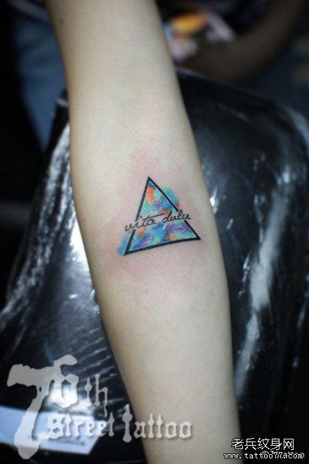手臂三角形纹身图案
