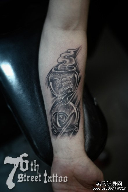 手臂沙漏纹身图案