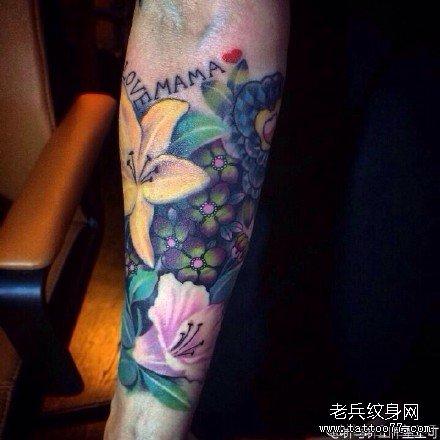 手臂荷花纹身图案