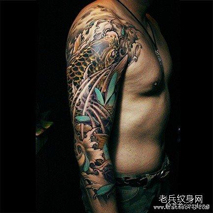 胳膊莲花鲤鱼纹身图案