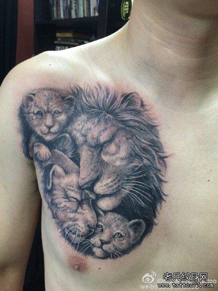 胸部狮子家纹身图案