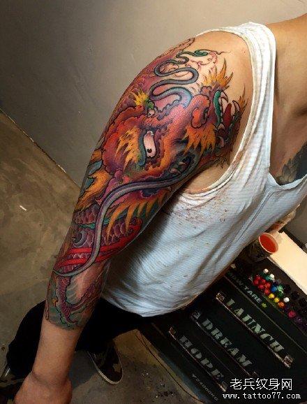 一款超酷的彩色欧美过肩龙纹身图案