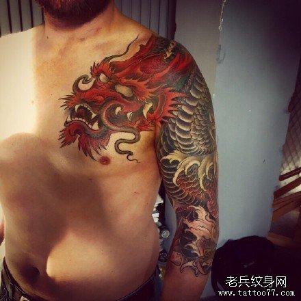 半胛红龙纹身图案