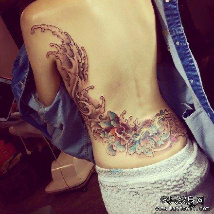 胸部水浪莲花纹身图案