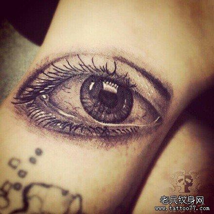 手臂眼纹身图案