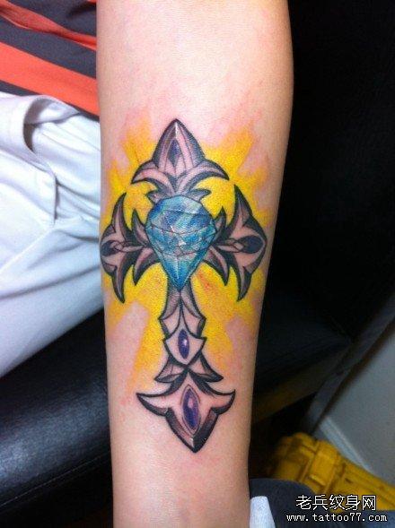 手臂钻十字架纹身图案
