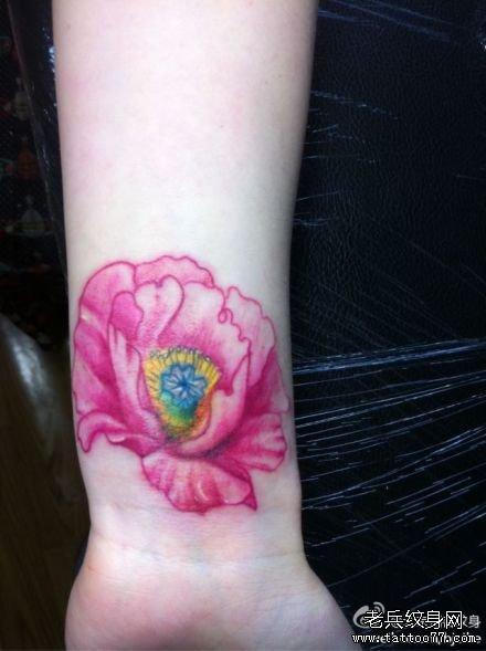 手臂粉花纹身图案