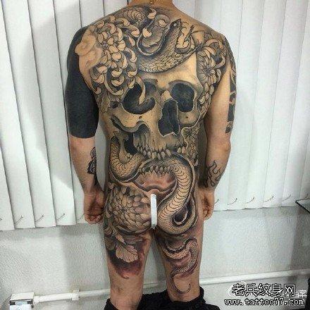 满背骷髅蛇纹身图案