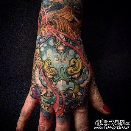 手臂狮子纹身图案